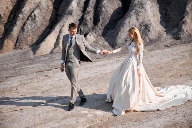 素晴らしい風景に恋をしている美しいカップル、自然の中で結婚式、キスが大好き、抱擁。 Premium写真
