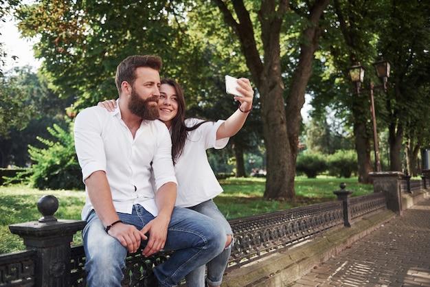 Una bella coppia fa una foto all'aperto. Foto Gratuite