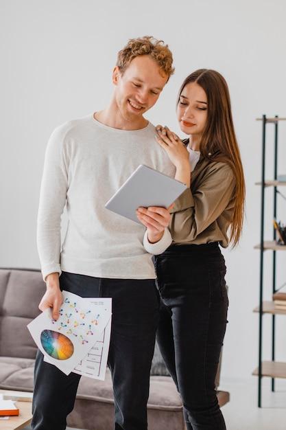 一緒に家を再調整する計画を立てている美しいカップル Premium写真