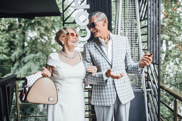 Красивая пара пожилых людей улыбается в кафе и смотрит в глаза Premium Фотографии