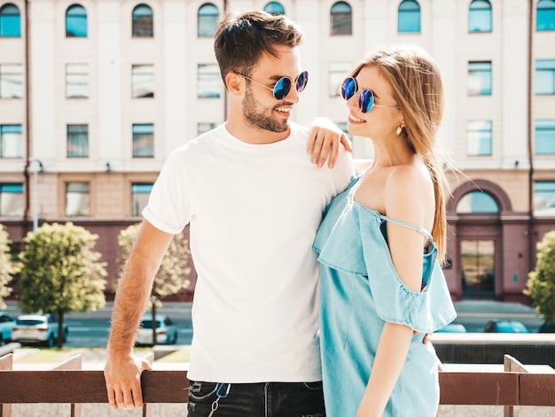 通りでポーズ美しいカップル 無料写真