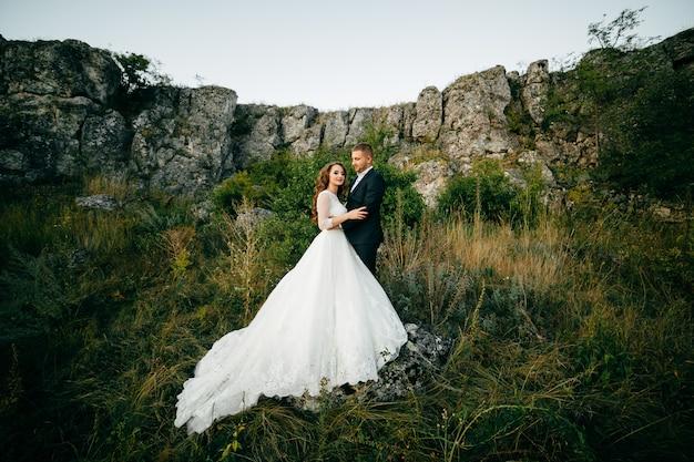 Красивая пара позирует в день своей свадьбы Бесплатные Фотографии