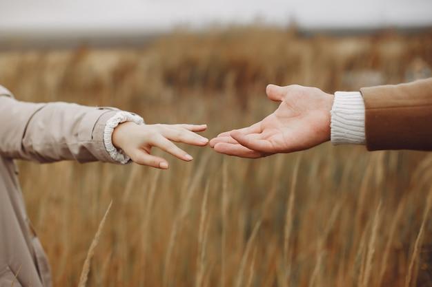 Красивая пара проводит время в осеннем поле Бесплатные Фотографии