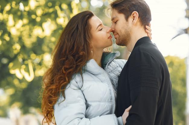 美しいカップルは春の街で時間を過ごす 無料写真