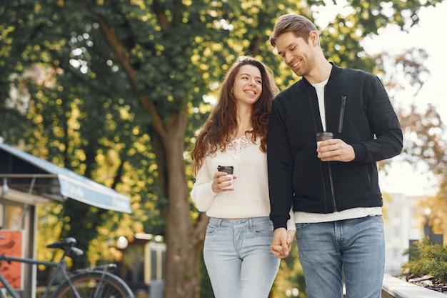 Красивая пара проводит время в весеннем парке Бесплатные Фотографии