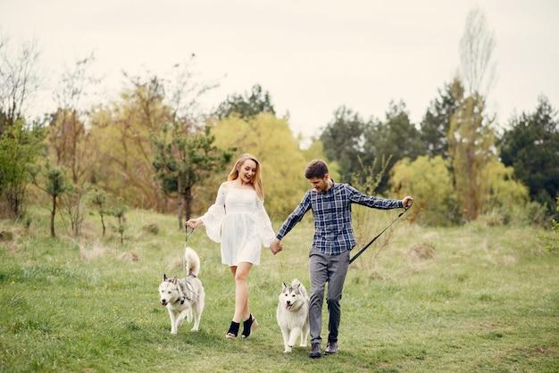 Belle coppie in una foresta di estate con cani Foto Gratuite