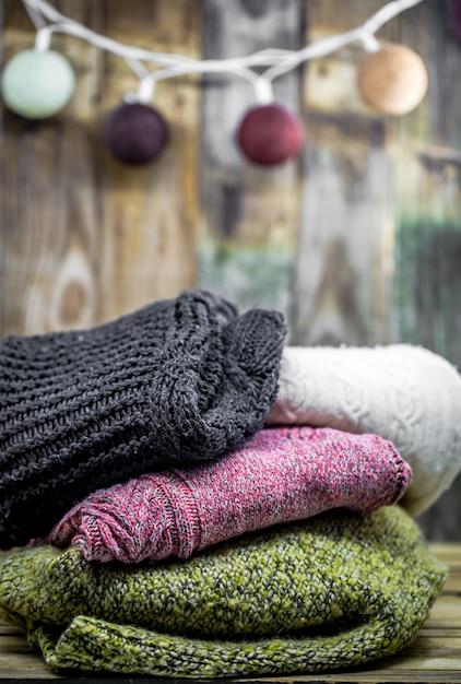 Красивый уютный теплый свитер на дереве Бесплатные Фотографии
