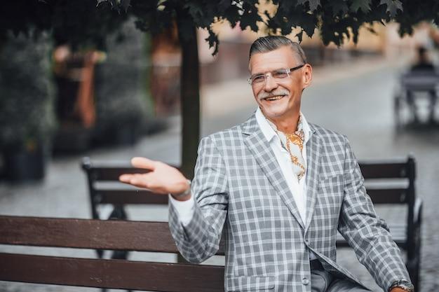 Прекрасный день, старый стильный бизнесмен, улыбаясь на улице Premium Фотографии