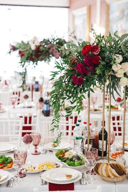 Beautiful decor of a wedding restaurant Free Photo