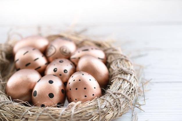 Красиво оформленные пасхальные яйца золотистого цвета. Бесплатные Фотографии
