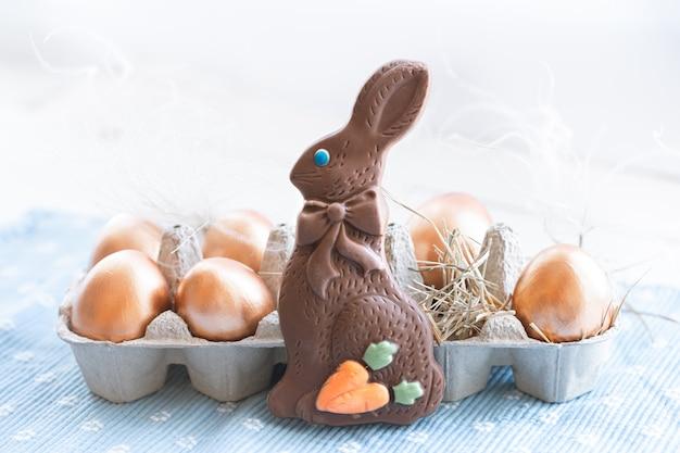 Belle uova di pasqua decorate con coniglietto di cioccolato. Foto Gratuite