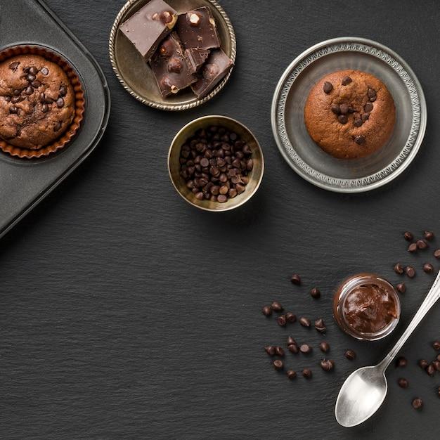 Bellissimo e delizioso dessert e pezzi di cioccolato Foto Gratuite