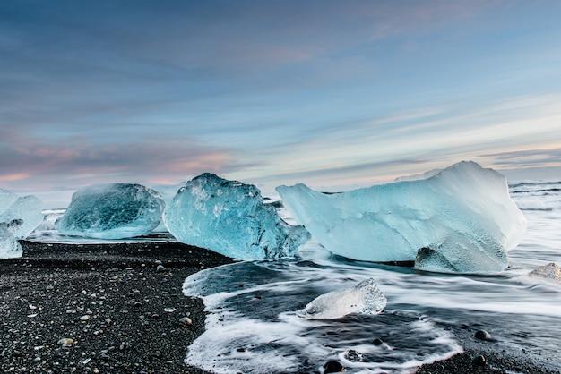 Beautiful diamond beach in iceland Premium Photo