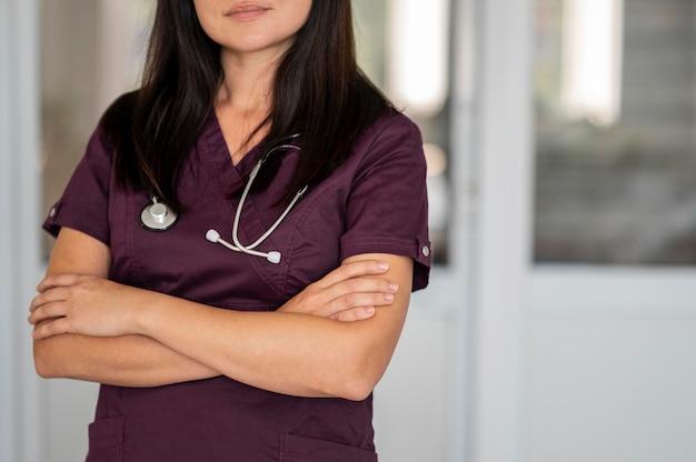 Красивый врач в униформе в больнице Бесплатные Фотографии
