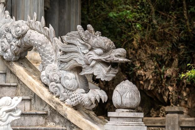 Beautiful dragon sculpture in buddhist temple in trang an, ninh binh, vietnam Premium Photo