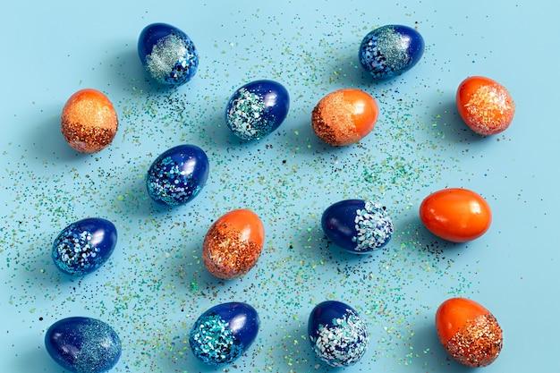 美しいイースターブルーとオレンジの装飾的な卵。 無料写真