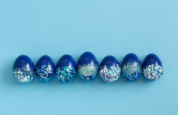 Bella pasqua blu con uova decorative blu in paillettes. Foto Gratuite