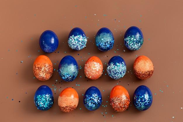 スパンコールのオレンジと青の装飾的な卵の美しいイースター。 無料写真