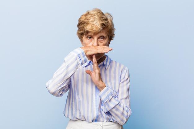 Портрет красивой пожилой женщины Premium Фотографии