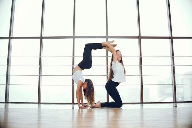 Ragazze belle ed eleganti che fanno yoga Foto Gratuite