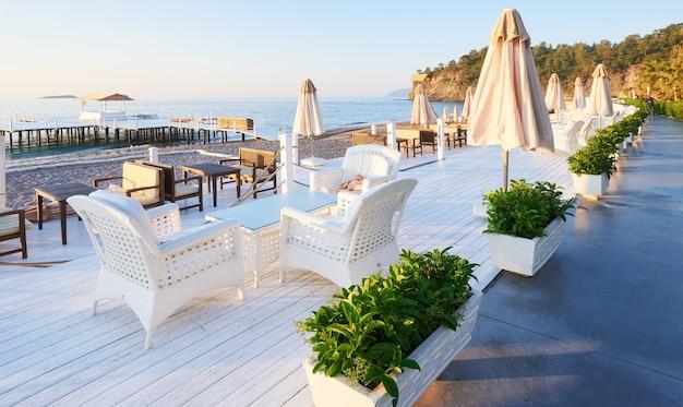 アマラドルチェヴィータラグジュアリーホテルのウォーキングとスポーツのための美しい堤防。アラニヤトルコ。 無料写真
