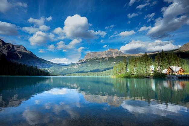 Beautiful emerald lake, yoho national park, british columbia, canada Premium Photo