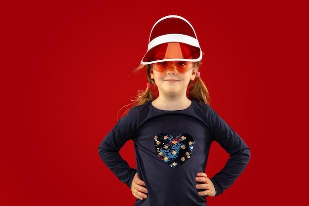 Bella bambina emotiva isolata su studio rosso Foto Gratuite