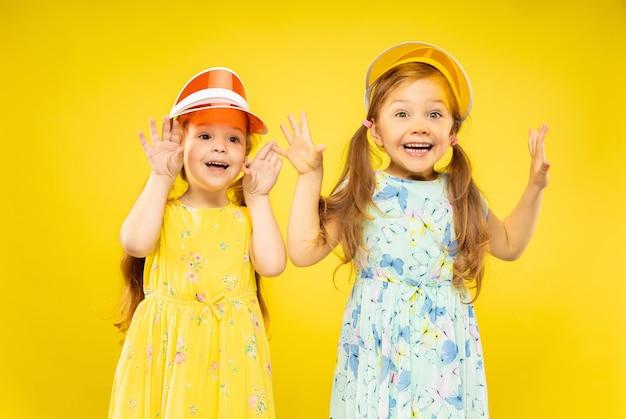 노란색에 고립 된 아름 다운 감정 어린 소녀 무료 사진