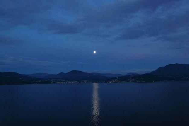 아름다운 저녁 Landsсape. 호수와 산에 음력 경로 무료 사진