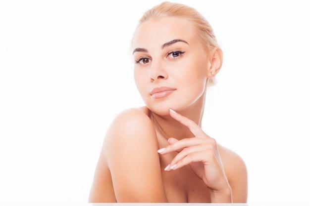 清潔でさわやかな肌を持つ若い成人女性の美しい顔 無料写真