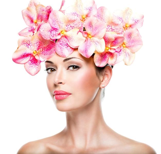 건강한 피부와 핑크 꽃-흰색에 고립 된 젊은 예쁜 여자의 아름다운 얼굴 무료 사진