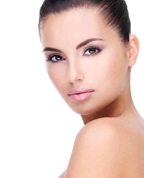 Bel viso di giovane donna con pelle fresca pulita - isolato su bianco Foto Gratuite