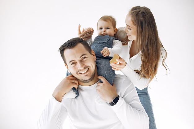 La bella famiglia trascorre del tempo in una camera da letto Foto Gratuite