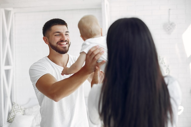 美しい家族がバスルームで時間を過ごす 無料写真