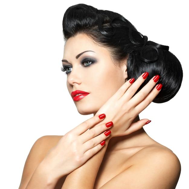 붉은 입술, 손톱과 창조적 인 헤어 스타일을 가진 아름다운 패션 여성 무료 사진