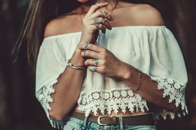 シルバーターコイズジュエリーと白い短いブラウスで美しいファッショナブルな自由ho放に生きるシックな女性 Premium写真