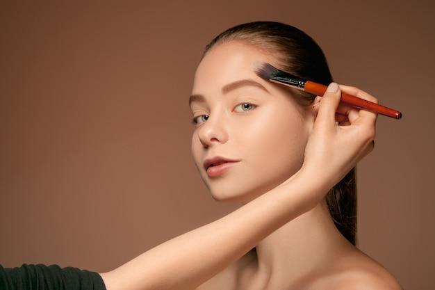 Красивые женские глаза с макияжем и кистью Бесплатные Фотографии
