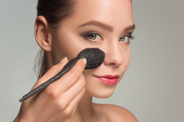 Bellissimi occhi femminili con trucco e pennello Foto Gratuite