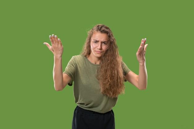 Красивый женский поясной портрет, изолированный на зеленом Бесплатные Фотографии