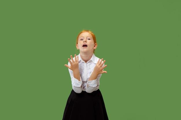 Красивый женский поясной портрет на зеленом Бесплатные Фотографии
