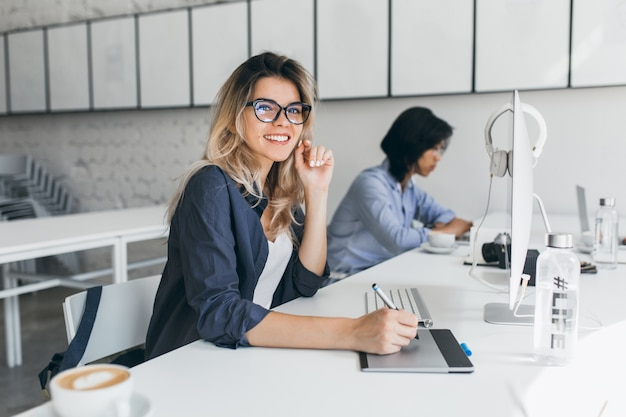 Beautiful female office worker carrying out administrative work for company Free Photo