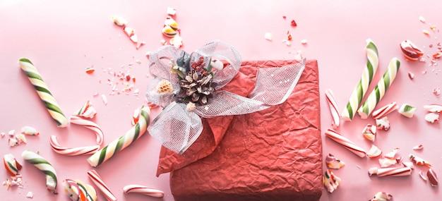 様々なカラフルなお菓子が入った美しいお祝いギフトボックス Premium写真