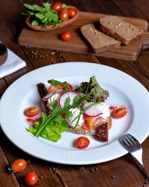 Красивый рыбный салат с овощами Premium Фотографии