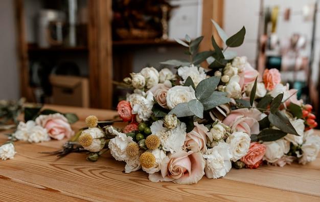 Bella composizione floreale sulla tavola di legno Foto Gratuite