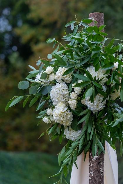 Bellissima decorazione floreale con fiori dai petali bianchi in una sala per matrimoni Foto Gratuite