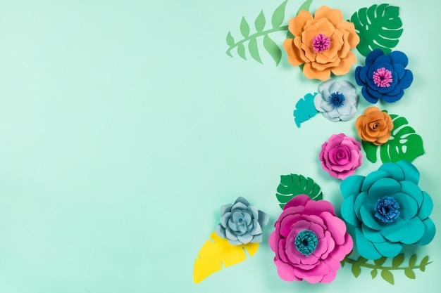 美しい花。青色の背景、平面図、フラットレイアウト、copyspaceのペーパークラフトの花 Premium写真