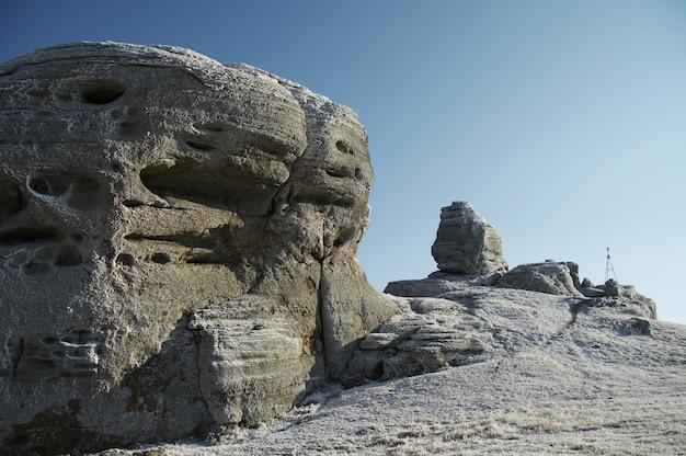クリミア山の美しい凍った岩 Premium写真