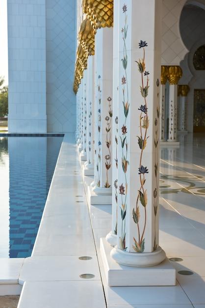 アラブ首長国連邦、アブダビの有名なシェイクザイードホワイトモスクの美しいギャラリー Premium写真