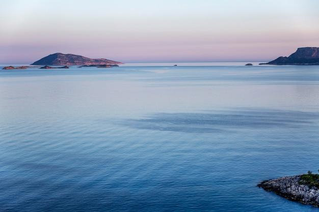 海の上の美しい穏やかなピンクの夕日。 Premium写真
