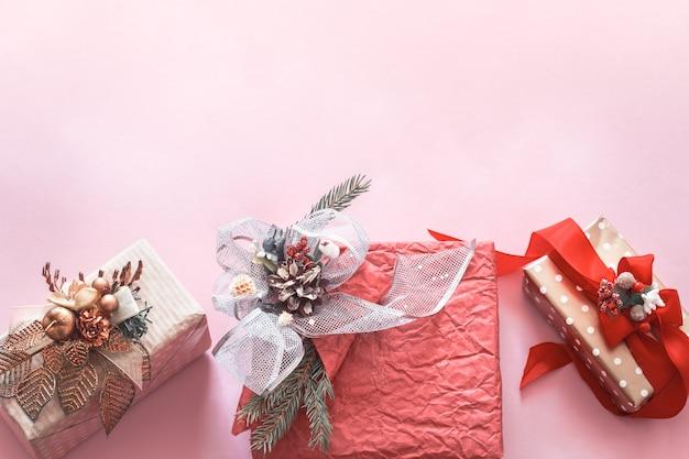 분홍색 배경에 아름 다운 선물 휴가 상자 무료 사진